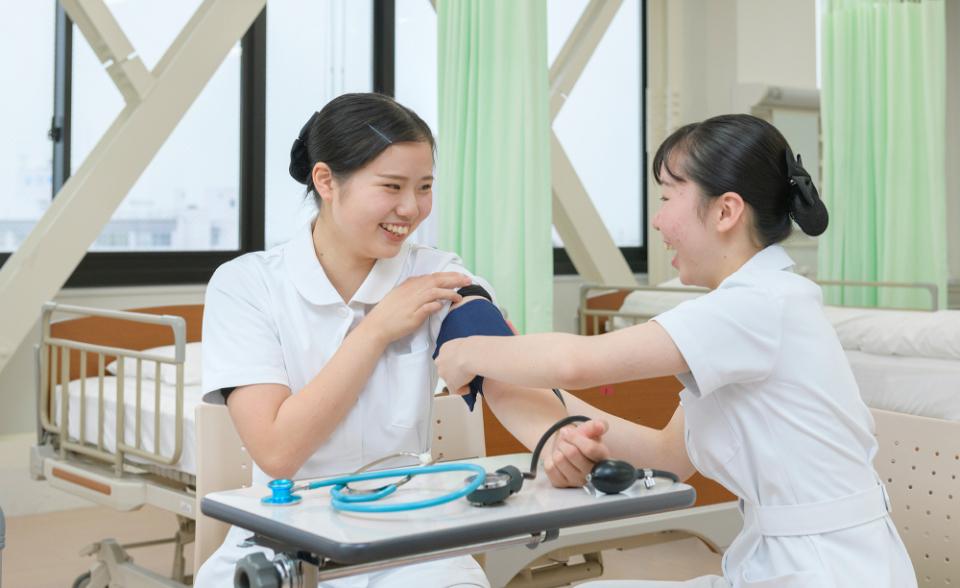 画像:検診を行う学生