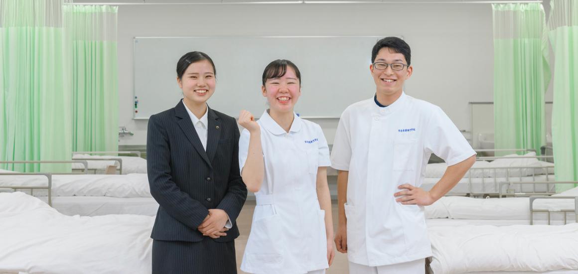 画像:笑顔の学生たち
